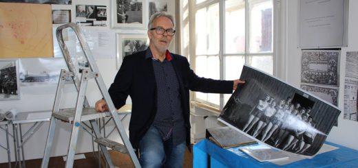 Das war's: Der Förderverein Kämmereimuseum muss kurzer Hand aus dem Sortiergebäude ausziehen. Vorsitzender Detlef Gorn blickt noch auf ein historisches Foto. Foto: Harm