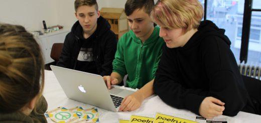 Planen, organisieren, diskutieren: Florian Bertram, Noah Raths und Leah Marie Falk vom Mobilen Jugendforum. Foto: Harm