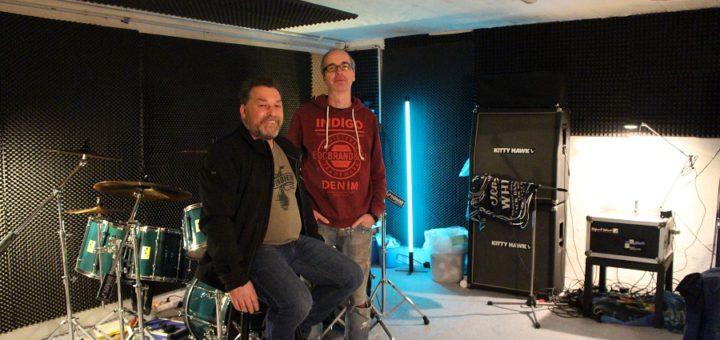 Im Einsatz für die Musik: Andreas Brede, Vorsitzender des Musikervereins Kulturbunker-Vulkan, und Vereinsmitglied Frank Konditt von der Band Sleep Dirt in einem der zwölf Proberäume im Kulturbunker. Foto: Harm