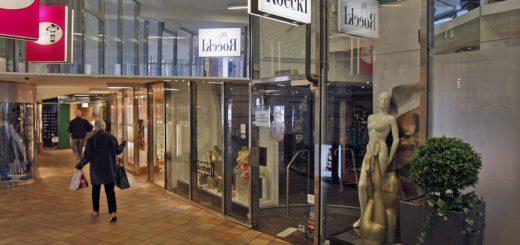 Das Schild in der Ladentür ist irreführend. Hier wird nicht renoviert, Roeckl macht die Bremer Filiale dicht.Foto: Barth
