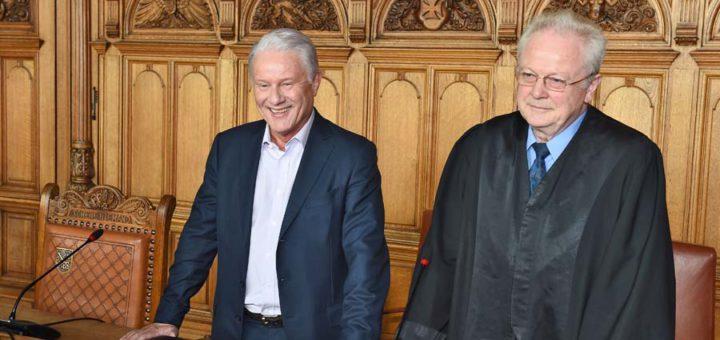 Bereits vor der Urteilsverkündung zeigte sich Hans Eulenbruch (l.) gelöst. Nach dem Plädoyer der Staatsanwaltschaft durfte er mit dem Freispruch rechnen. Foto: Schlie