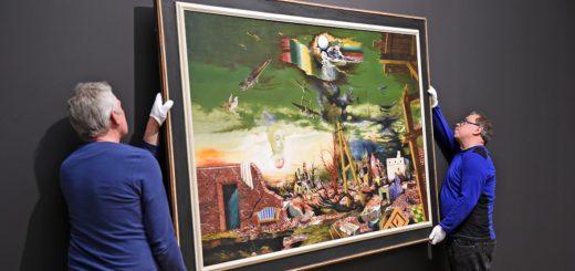 """Bloß nicht fallen lassen: Das Gemälde """"Die Klage Bremens"""" von Franz Radziwill wurde gestern von mit """"Samthandschuhen"""" an die Wand der Kunsthalle gebracht. Foto: Schlie"""