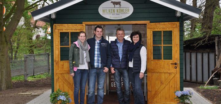 Maria Boragno, Wilken Köhler junior, Wilken und Birgit Köhler (v. l.) bieten nun rund um die Uhr frische Milch an ihrer Milchtankstelle in Strom an.Foto: pv