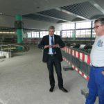 Gemeinsam mit Betriebsleiter Torsten Stelljes (rechts) führte Bürgermeister Torsten Rohde, zugleich Geschäftsführer der Bäderbetriebe, über die Baustelle im Allwetterbad. Foto: Bosse