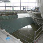Zum Verfliesen wurde das Wasser im Becken unterhalb des Sprungturms fast komplett abgelassen. Foto: Bosse