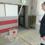 Bürgermeister Torsten Rohde begutachtet die verschiedenen Farbmuster für die Wandfliesen und -fasermatten. Foto: Bosse