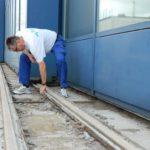 Badbetriebsleiter Torsten Stelljes demonstriert die verrosteten Schienen zum Öffnen des Cabrio-Dachs. Auch sie werden komplett erneuert. Foto: Bosse