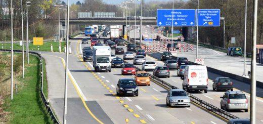 Nur noch auf vier engen Spuren fließt der Verkehr auf der Autobahn A1 zwischen Stuhr und Brinkum. Die gegenüberliegende Fahrbahn wird noch bis November saniert. Jetzt müssen wegen der Brückenarbeiten auch Straßen in Stuhr tageweise gesperrt werden.