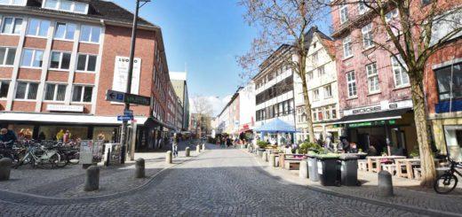 Noch fließt der Autoverkehr in der Knochenhauerstraße. Dort soll aber nach wie vor eine Fußgängerzone entstehen. Foto: Schlie
