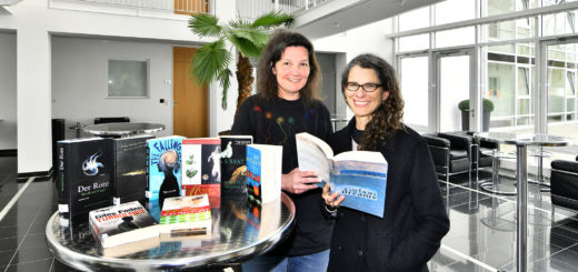 Dr. Dorothe Poggel und Prof. Dr. Elisabeth-Ann Sheffield präsentieren eine Auswahl von Lektüre von Schriftstellern, die Gast am HWK waren.Foto: Konczak