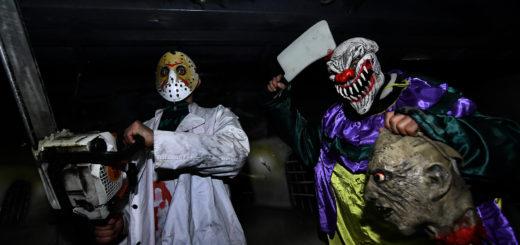 """Petro und Florian aus Transsilvanien erschrecken die Fahrgäste im """"Scary House"""". Foto: Konczak"""