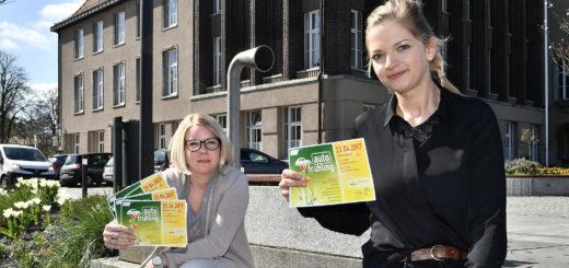 """Ines Menke und Lea Freuer von der Delmenhorster Wirtschaftsförderungsgesellschaft hoffen wieder auf einen regen Besucherstrom zum """"Autofrühling"""" in der City. Foto: Konczak"""