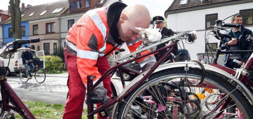 Thomas Böttgen, UBB-Mitarbeiter, markiert und entsorgt Fahrradleichen im gesamten Stadtgebiet. Foto: Schlie