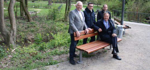 Die Sponsoren Walter und Christian Hohnholt (Diva-Bau, v.l.) sowie Wolfgang Etrich (Volksbank) und Vereinspräsident Dr. Klaus Bohnemann (sitzend) freuen sich über die neue Sitzgelegenheit in der Graft. Foto: nba,