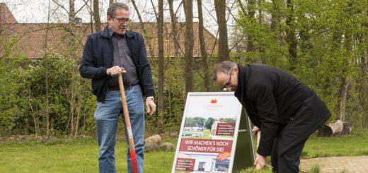 Aufsichtsratsvorsitzender Detlef Roß (links) und Geschäftsführer Guido Becker stachen im Saunagarten der Grafttherme die symbolischen ersten Rasenstücke für die Eweiterung aus. Foto: Meyer