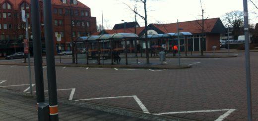 Brinkums Busbahnhof / ZOB soll später zentraler Teil vom neuen Ortskern Brinkum werden. So sieht es das Entwicklungskonzept der Gemeinde Stuhr vor. Jetzt muss erst einmal ein Investorenwettbewerb durchgeführt werden. Foto: lod