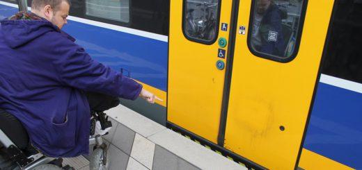 Fünf Zentimeter können hoch sein: Kai Kirschke zeigt auf die Kante zwischen der RS1 der Nordwestbahn und dem Bahnstieg. Regelmäßg habe er Probleme beim Ein- und Ausstieg. Er ist nicht der Einzige. Foto: Raddatz