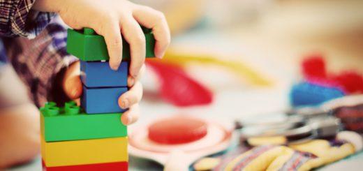 Blöcke aufbauen kann kompliziert sein - das merkt momentan auch die Bildungssenatorin und Immobilien Bremen, die für den Bau der Kita-Container noch keine Baugenehmigung haben. Fünf Kita-Gruppen im Container (unter anderem in Grolland, Huchting, Kattenturm und der Neustadt ) können nicht pünktlich zum Beginn des Kindergartenjahrs am 1. August starten. Foto: FeeLoona/pixabay