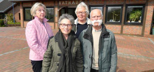 """Die """"Kümmerer"""" Waltraud Laue, Liane Hudalla, Margrit Kluge und Hartmut Pukies (von links) stellten im Hamberger Rathaus ihre Statistik für das Jahr 2016 vor. Foto: Bosse"""