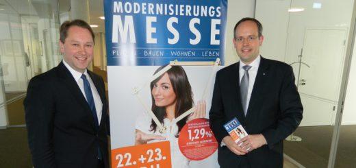 Volksbank-Vorstand Jan Mackenberg (rechts) und -Marketingleiter Jens Themsen stellten das Programm der 14. Modernisierungsmesse vor. Foto: Bosse