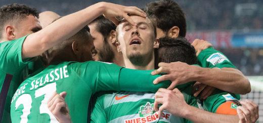 Gruppenkuscheln bei Werder nach Max Kruses vorentscheidendem Elfmetertreffer zum 2:0 gegen Schalke. Foto: Nordphoto