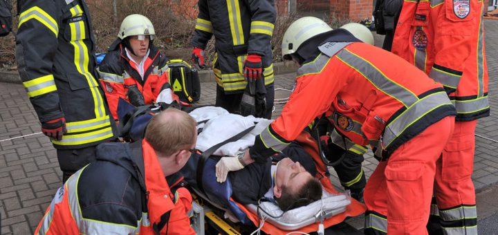 Oft wird der Notruf schon wegen Bagatellen gerufen. Echte Notfälle aber müssen leiden, wenn die Krankenwagen oder Feuerwehren sowie die Rettungssanitäter mit solchen Notrufe n beschäftigt sind. Foto: av