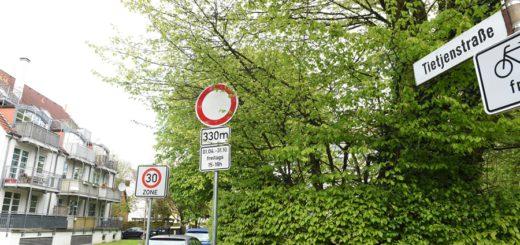 Die Schilder zur Straßensperrung stehen schon. Foto. Schlie