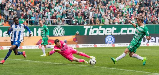 Nach Pass von Fin Bartels (2.v.l.) erzielt Max Kruse (r.) den zweiten Treffer für Werder .Foto: Nordphoto