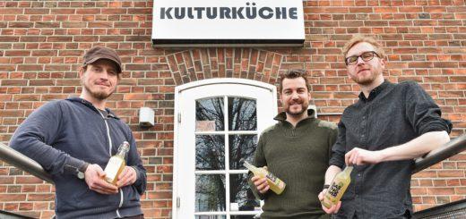 Lars Wolf hat 2013 Kalabums erfunden, Markus Ballweg und Marco Nölker (v.l.) im vergangenen Jahr Basingwer. Produziert werden die Liköre in der Neustädter Kulturküche. Foto: Schlie
