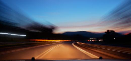 Wer selbst in entgegengesetzter Richtung unterwegs ist, sollte die Geschwindigkeit reduzieren und am besten auf dem Standstreifen zum Stehen kommen. Foto: caio/pexels