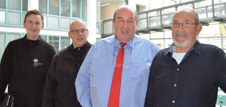 Freuen sich auf das Stadtfest (v. l.): Kevin Marks und Ulrik Borcherdt von Solight-Veranstaltungstechnik, Bürgermeister Rainer Ditzfeld und Rudi Knapp von der UGA. Foto: Sieler