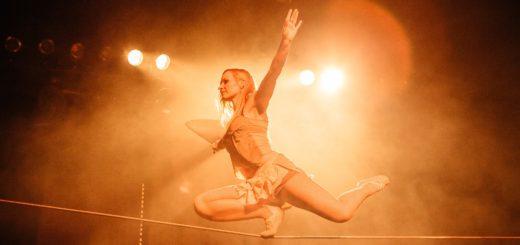 Artistin Silea tanzt auf dem Seil und balanciert auf Flaschen. Foto: pv
