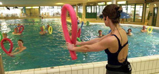 Wenn bei der Aquagymnastik plötzlich nicht nur die Trainerin, sondern auch zwei Polizisten am Beckenrand stehen, ist irgendwo etwas schiefgegangen. Hallenbad Huchting Polizei Bademeister Kursgebühren Eintrittspreis Schwimmbad Schwimmen Symbolfoto: WR