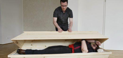 """Probeliegen im Sarg: Nicht so lässig wie """"der kleine Vampir"""", aber immerhin rein und auch wieder raus geschafft, dank Hilfestellung von Bestatter Tom Schröpfer. Foto: Barth"""