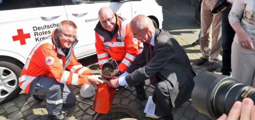 WKB-Vorstandsvorsitzender Christian Weber mit Karl-Heinz Radisch und Steffen Lehrmann vom DRK Bremen. Foto: Schlie