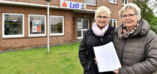 Karin Heuer (r.), Ingeborg Söhn und viele weitere Anwohner aus der Gegend hoffen, dass die LzO die SB-Filiale an der Bremer Heerstraße 2 doch nicht schließen wird.Foto: Konczak