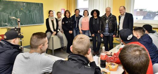 An dem Aktionstag in der Realschule an der Lilienstraße beteiligten sich neben den Heranwachsenden auch die Drob, der KPR, das Schauspielkollektiv Lüneburg, die Polizei Delmenhorst sowie der Fachdienst Jugendschutz und die Schulsozialarbeiterin. Foto: Konczak
