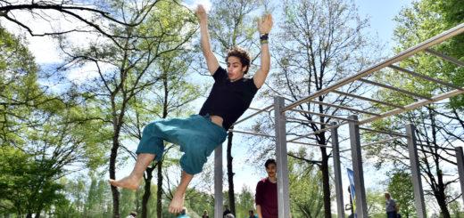 Während sich die Calisthenics-Gruppe noch mit Interessenten warm macht, nutzen die Parcours-Sportler die neuen Fitness-Anlage auf ihre eigene Art und Weise.Foto: Konczak