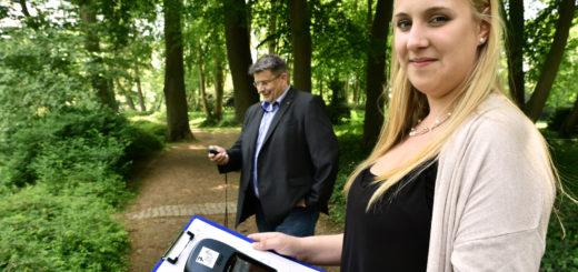 Axel Langnau und Swantje Oehler von der Delmenhorster Wirtschaftsförderungsgesellschaft zeigen wie die GPS-Geräte funktionieren. Foto: Konczak