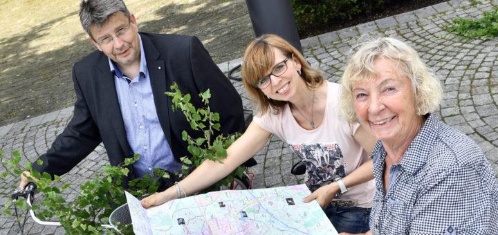 dwfg-Geschäftsführer Axel Langnau, Ines Ritter (dwfg) und Marion Lösking (adfc) stellen die neue Radwanderkarten für Delmenhorst vor.Foto: Konczak