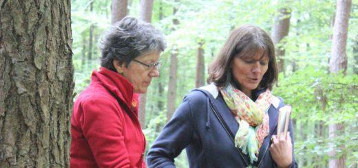 Naturcoach Sigrun Albrecht (r.) unterstützt die Teilnehmer bei den Übungen. Foto: pv