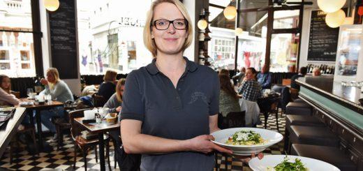 """Tina Wobbe sorgt für flotten und freundlichen Service im """"Café Engel"""". Foto: Schlie"""