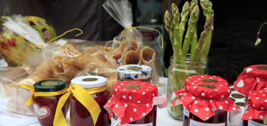 Zum Erdbeer- und Spargelfest am 28. Mai werden wieder viele Besucher erwartet. Auch die Geschäfte haben an diesem Tag geöffnet. Archiv-Foto: Eckert