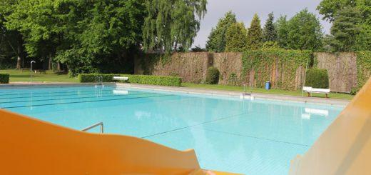 Die Ruhe vor dem Sturm: Noch ist es ruhig im Becken des Freibadbereiches des Freizeitbades Vegesack. In der kommenden Woche wird das Bad offiziell eröffnet. Foto: Harm