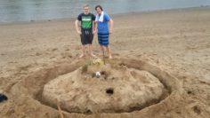 """Das Team von """"Bloody Hell"""". Eine der Aufgaben der App: Baue an der Weser eine Sandburg. Foto: Privat"""