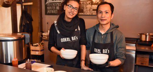 """Rebecca Aboagye (l.) und Huu Duy Ha versorgen die Gäste im """"Onkel Ba's Street Kitchen"""" mit Suppen und Currys. Foto: Schlie"""