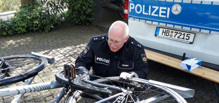 Verkehrstauglich? Ein Polizist überprüft ein Fahrrad bei der heutigen Kontrolle. Foto: Polizei Bremen