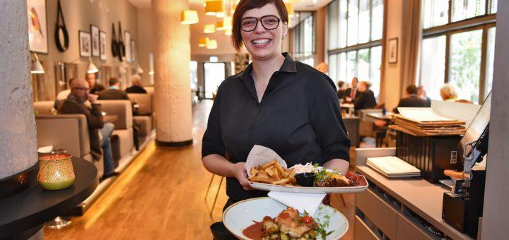 """Restaurantleiterin Bianca Fischer mit zwei Mittagsangeboten im """"Q1"""" .Foto: Schlie"""