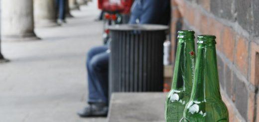 Die leere Bierflasche in der Innenstadt: Nach Meinungen der Politik, wird sie so schnell nicht verschwinden. Fotos: Barth