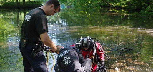 Die Taucher der Polizei mussten Stück für Stück den Boden des Wollepark-Sees abtasten. Foto: gri